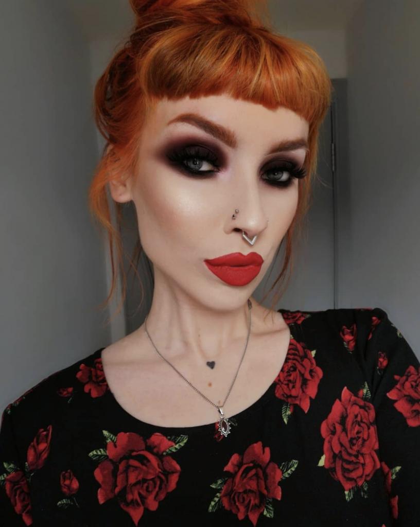 maquillaje color vino labios rojos piel clara