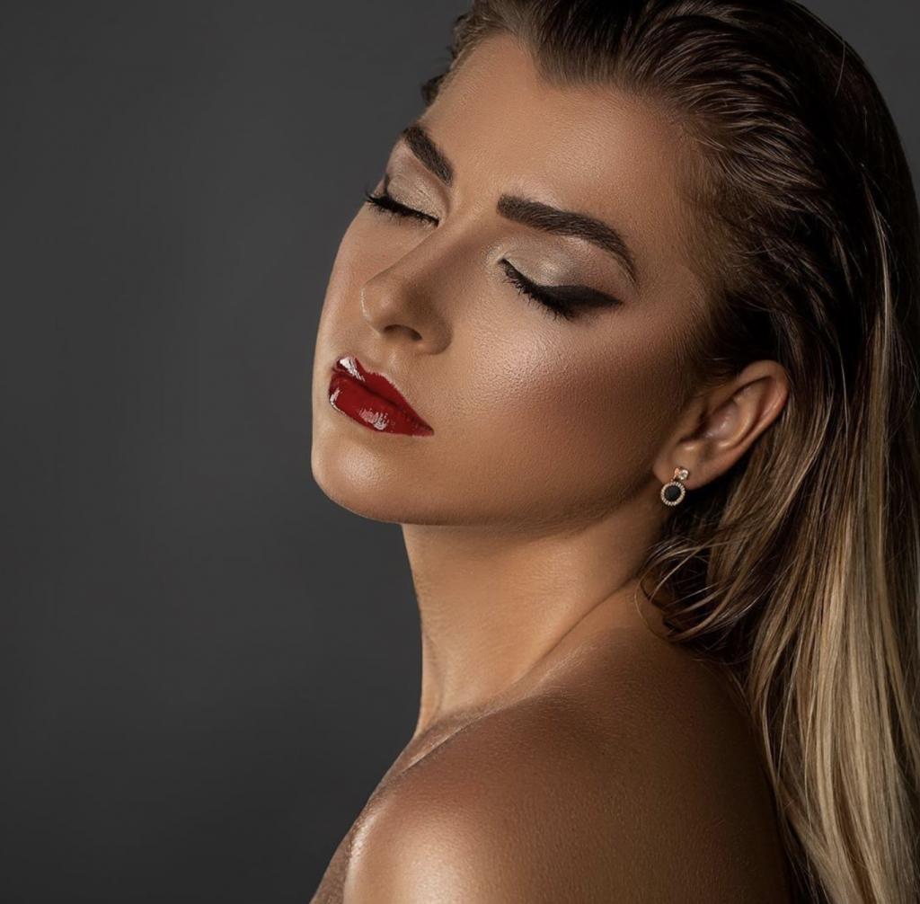 Maquillaje labios rojos delineado grueso