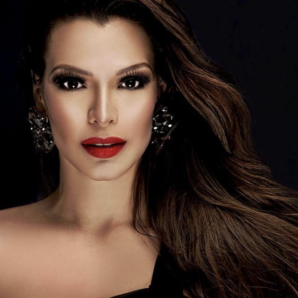 Foto profesional modelo labios rojos