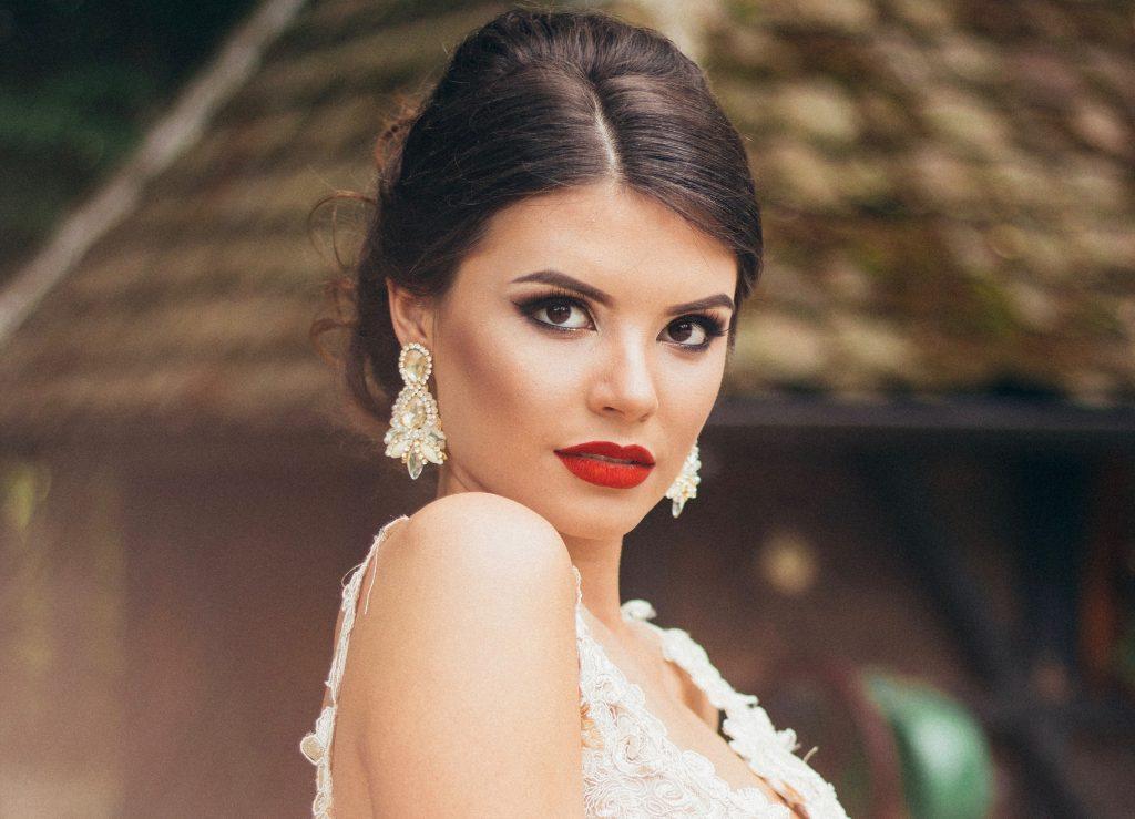 Maquillaje con labios rojos piel clara